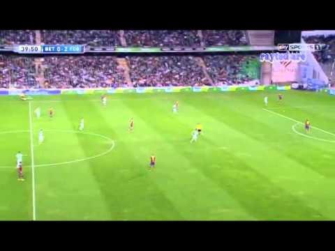 Alex Song (Barcelona) vs Real Betis.
