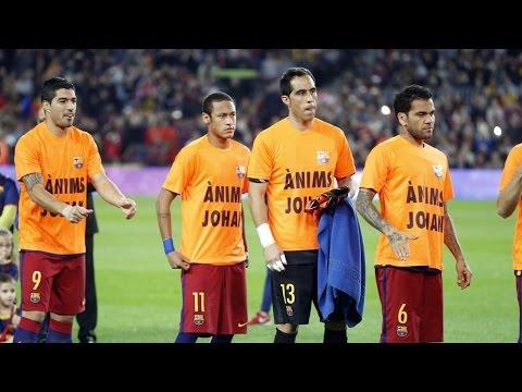 FC Barcelona players wear a T-shirt in support of Johan Cruyff