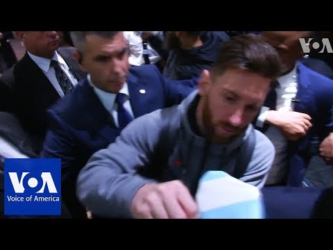 Barcelona players including Messi, Suarez, Iniesta, arrive in South Africa for friendly match